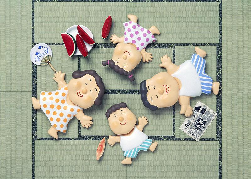 壇上晴子 畳が最高!夏の午後に和室の畳で昼寝をする家族イラスト