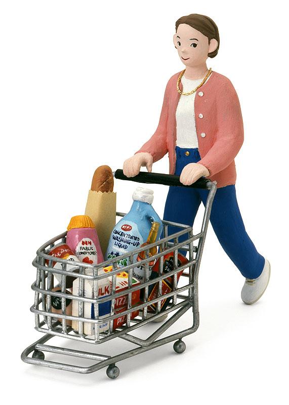 伝陽一郎 スーパーで日用品の買い物をする賢い消費者女性イラスト