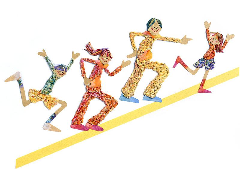 ファミリーイラスト 坂を駆け上がる家族   ファミリーイラスト 坂を駆け上がる家族
