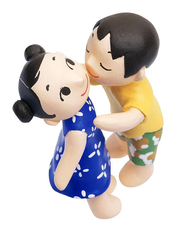 未来工房 ほっぺにキスする男の子と女の子の初恋イラスト